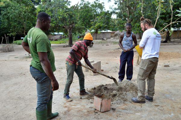 Betonherstellung auf dem Dorfplatz.