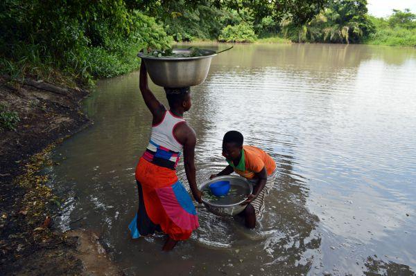 Wasser aus dem See in Togo