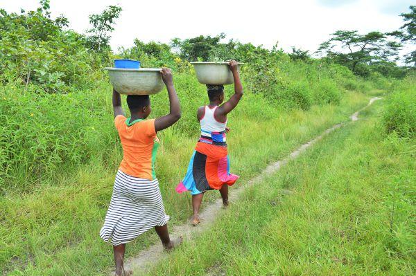 Das Wasser muss einen guten Kilometer zum Wasserfilter getragen werden.
