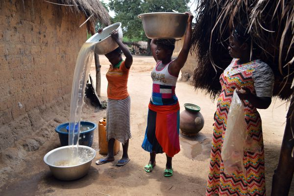 Das Seewasser wird im Dorf verteilt.
