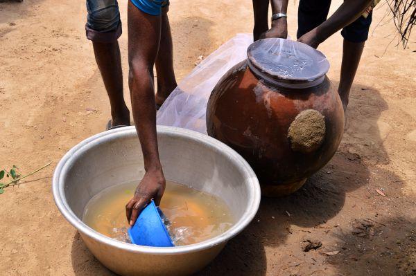 Einfach Filtrierung des Wassers in Togo.