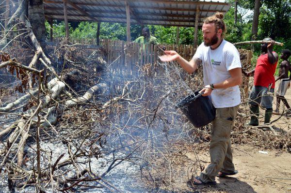Löschen eines Feuers in Togo