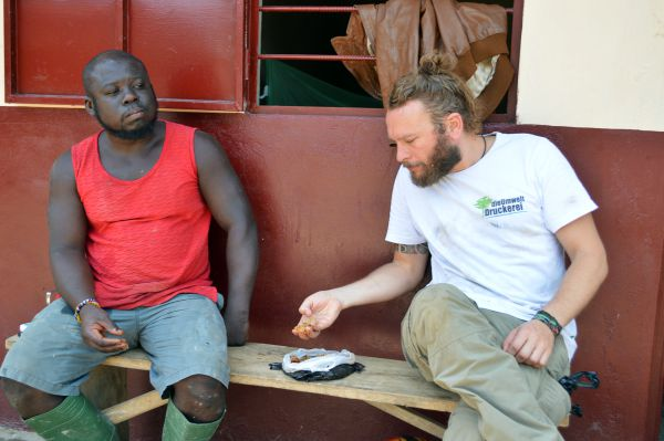 Mittagspause im togolesischen Stil. Gegessen wird der Maisbrei mit der Hand aus einer Blechschüssel oder eben direkt aus der Tüte. Zugegeben etwas ungewohnt, vielleicht nicht sonderlich hygienisch, aber auf jeden Fall sehr gemeinschaftsfördernd.