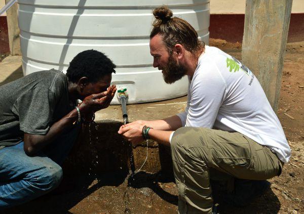 Wasser trinken in Togo.