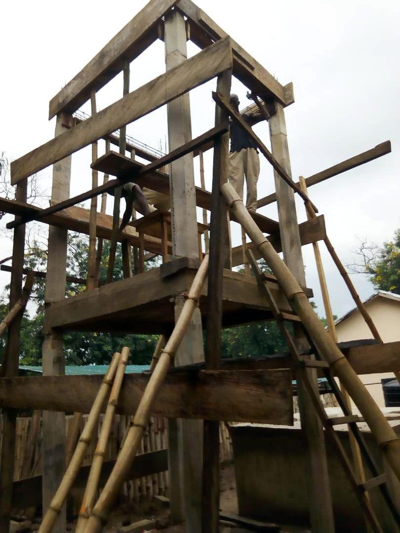 Auch der Wasserturm hat seine zweite Etage erreicht.