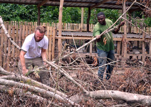 Aufräumarbeiten nach dem Feuer. Die Kaninchen konnten wir durch beherztes eingreifen schützen. Sie bilden eine neue Einnahmequelle für die Frauen des Dorfes.