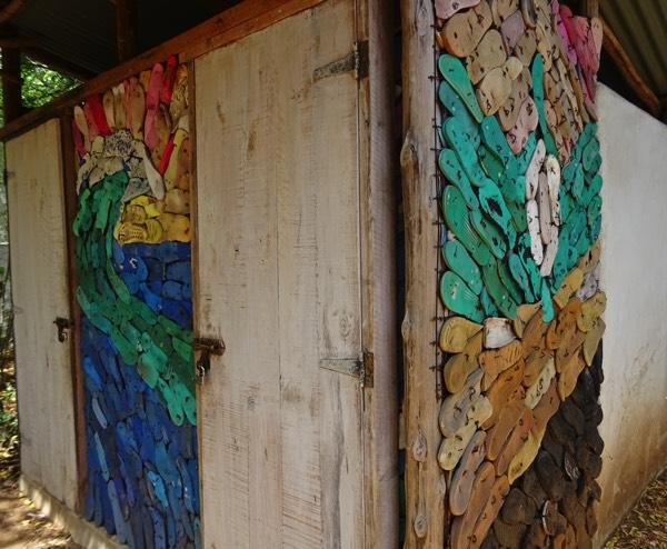 Auch aus den am Strand gesammelten Flip Flops lassen sich kunstvolle Türen gestalten!