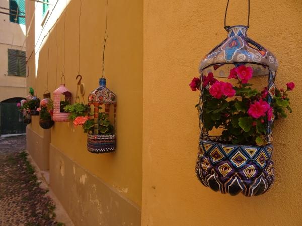 Upcycling: Wasserflaschen als Blumenkästen