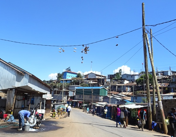 Eine Auto- und Motorradwaschanlage. Mit dem eingesetzten Wasser muss allerdings extrem sparsam umgegangen werden, denn ein 20-Liter-Wasserbehälter kostet in Kibera ca. 5 Schilling (5 Eurocent). In der derzeitigen Trockenzeit gar 20 Schilling. Bei einer Arbeitslosenquote von 80 % und nur äußerst geringen Verdienstmöglichkeiten kein zu unterschätzender Geldbetrag.