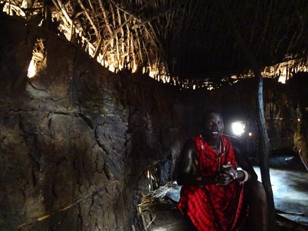 Zum Abschluss lädt uns ein Massai ins seine Hütte ein, die Enkaji genannt wird. Sie besteht aus getrocknetem Kuhdung. Der Kuhdung riecht aber nicht aufgrund einer speziellen Mischung und Behandlung. Bis zu drei Jahre hält die Hütte trotz Regenzeit, berichtet der Massai. Türen gibt es nicht. Das Leben im Enkang (Dorf) beruht auf Vertrauen.