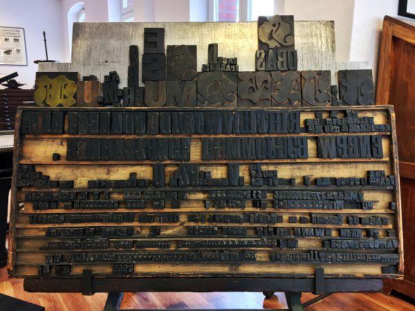 Formwagen mit Holzbuchstaben
