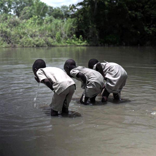 Kinder trinken Seewasser in Togo