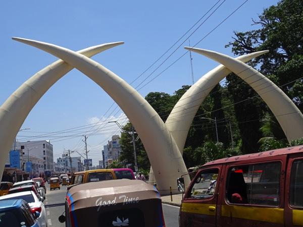 Jede Menge hupende Tuk Tuks (Autorikschas) und halsbrecherisch überholende Matutus auf den Straßen von Mombasa.