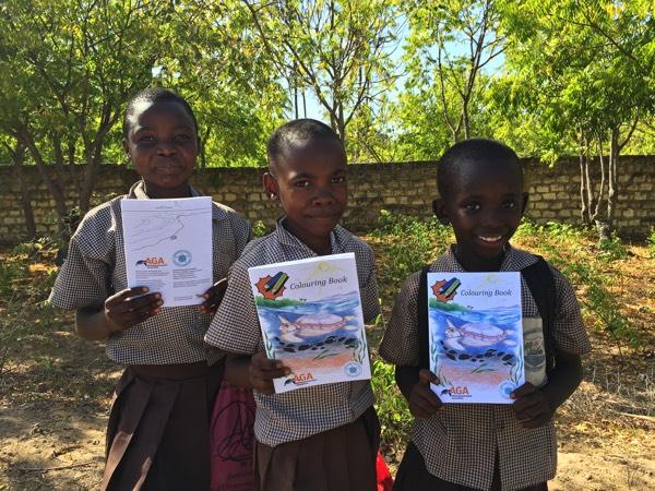 In Kooperation mit der Aktionsgemeinschaft Artenschutz spenden wir 2.000. Malbücher an die kenianischen Kinder. In der dort erzählten Kurzgeschichte erfahren die Kinder auch über die Folgen der Plastikverschmutzung für die Meeresschildkröten.
