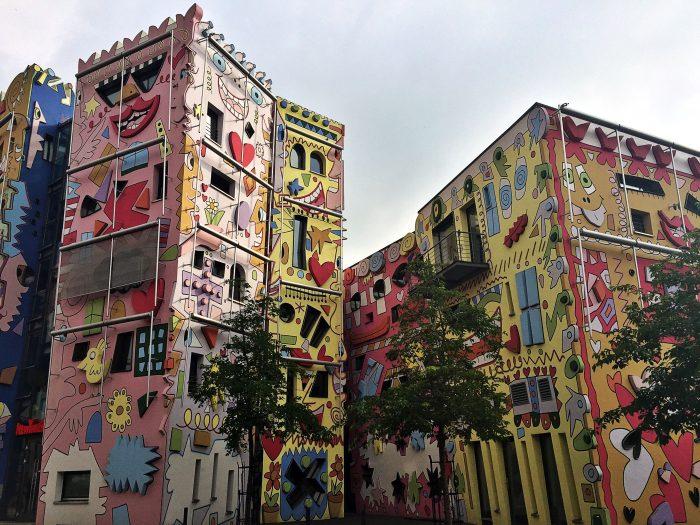 Das Rizzi-Haus in Braunschweig - Die Fassade zieren hauptsächlich fröhliche Gesichter.