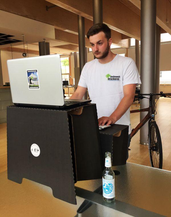 dieUmweltDruckerei testet den Stehschreibtisch MonKeyDesk