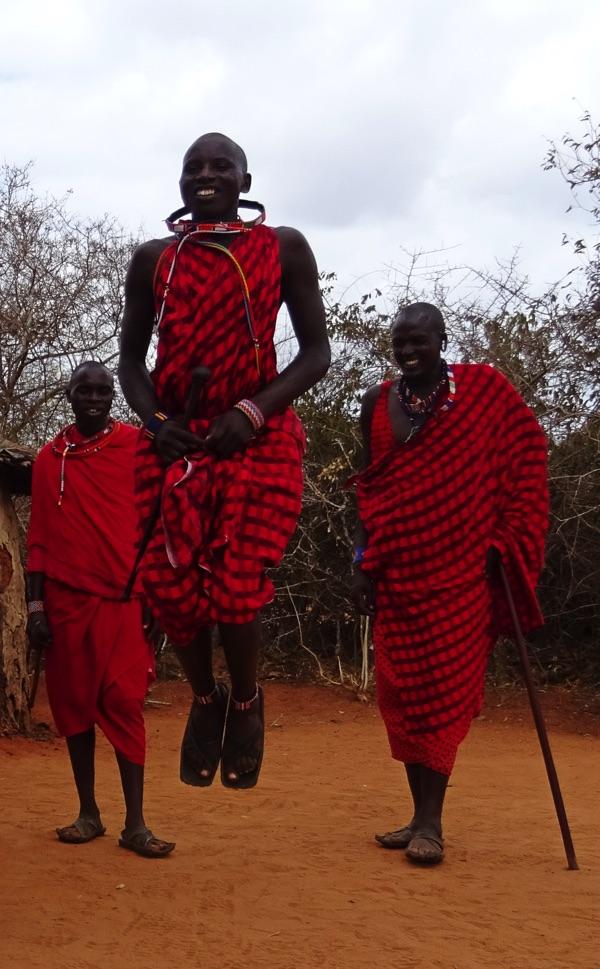 Im Dorf angekommen, werden wir mit einem Sprung-Tanz begrüsst, der uns freundlich willkommen heißt. Die jungen Massai, Morani genannt, springen auf der Stelle so hoch wie möglich und beweisen damit ihre Stärke.