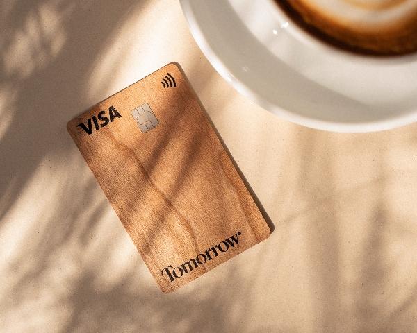 Nachhaltiges Banking mit der Tomorrow-Holzkarte
