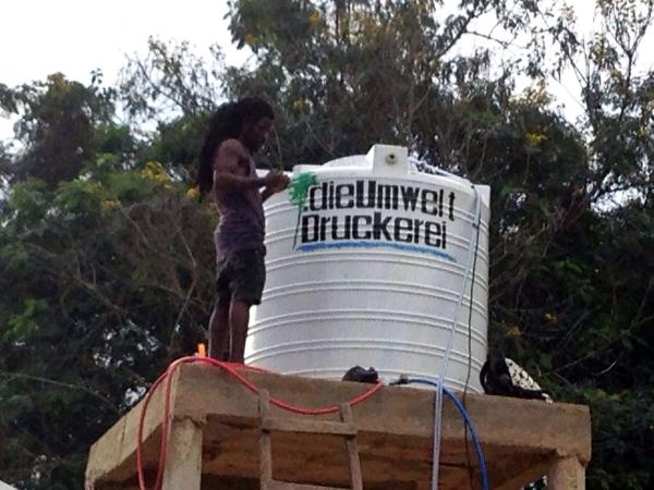 Wasserfilter in Togo mit dieUmweltDruckerei-Logo