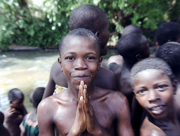 Kinder beim Baden in Togo