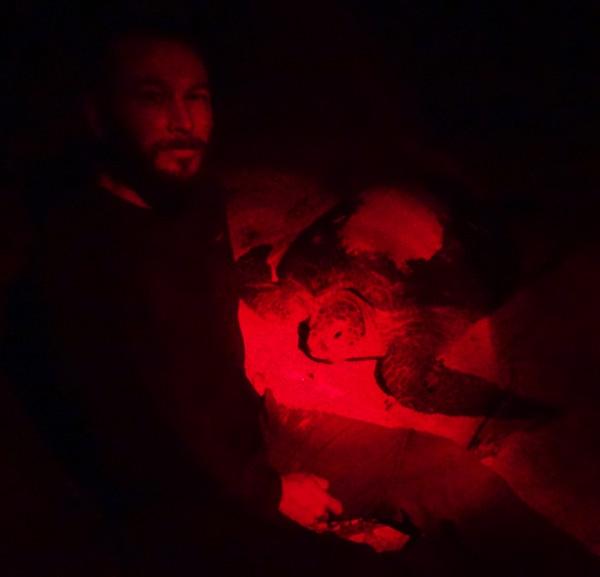 Mehrere Stunden verbringen wir des Nachts im Schein unserer roten Lampen am Nest der Schildkrötendame.